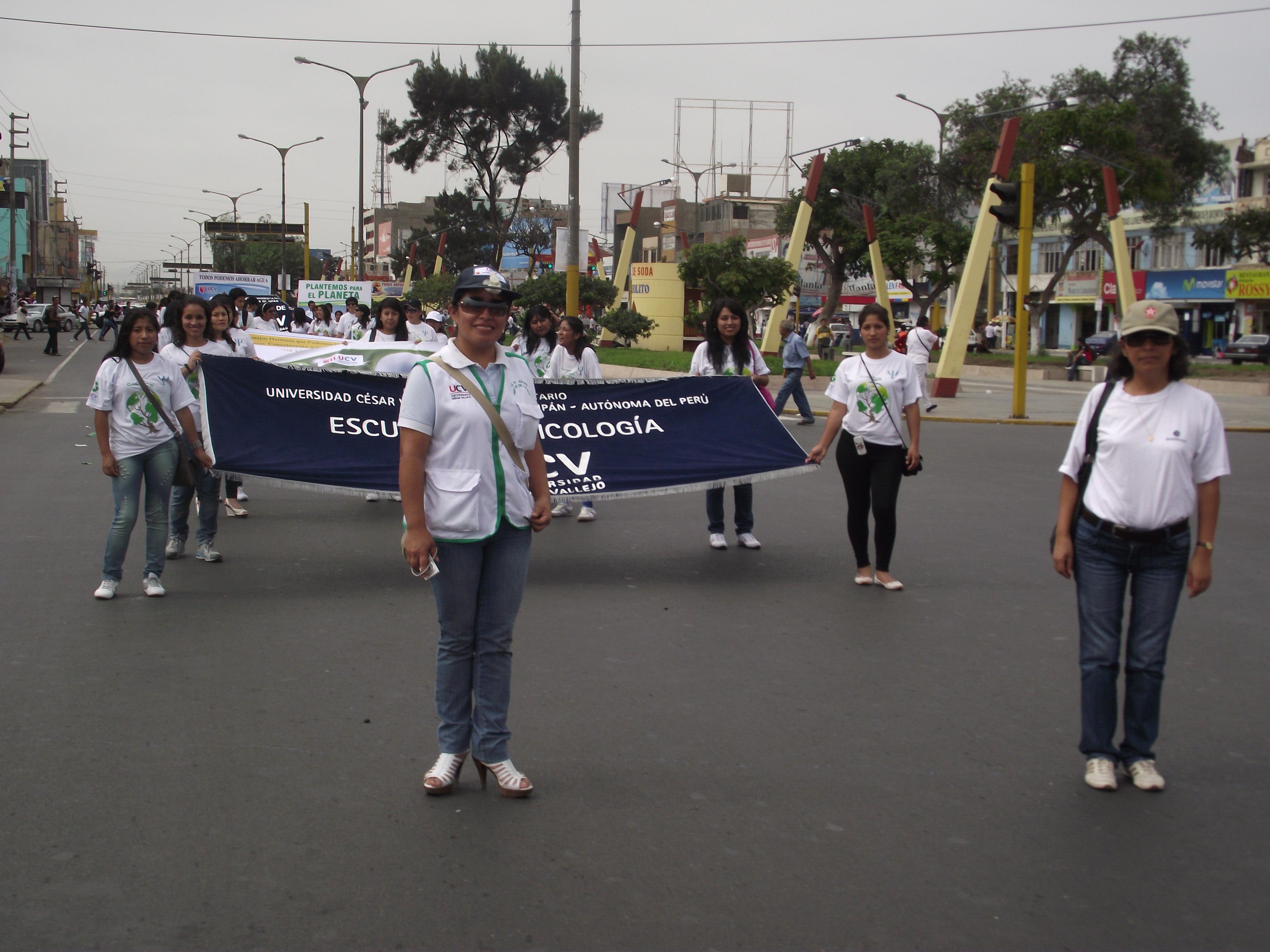 Alumnos de la UCV Chimbote desfilaron por el Día Mundial del Medio
